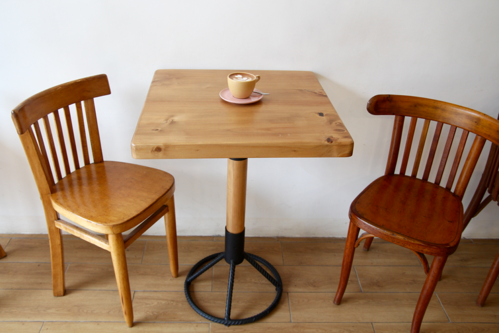 specialty coffee in peru_neira cafe lab_table and chairs
